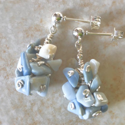 Модные серьги с голубым опалом пусеты с камнями